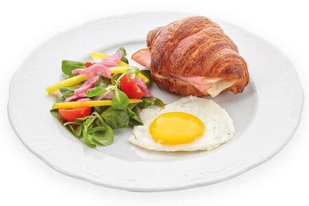 Французский сэндвич с яйцом, ветчиной и сыром