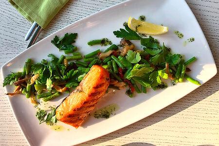 Стейк из лосося со стручковой фасолью