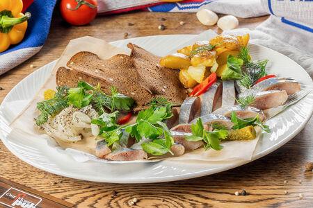 Филе сельди с запеченным картофелем черри