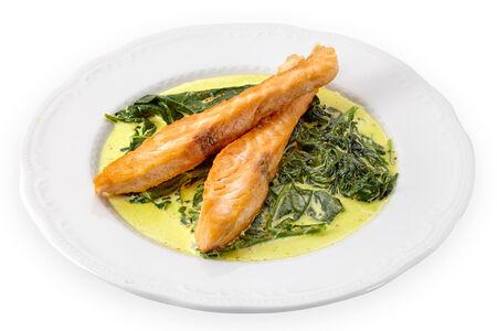 Филе лосося на шпинате карри