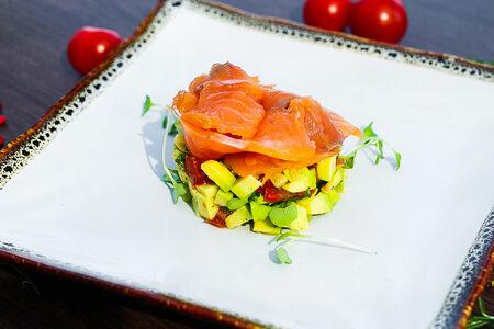 Тар-тар с авокадо и копченным лососем