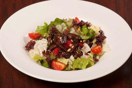 Теплый салат с говядиной и кедровым орехом
