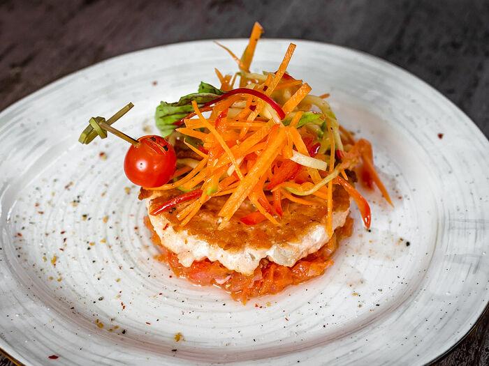 Котлеты из лосося с овощами и соусом маринара