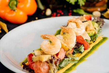 Салат с креветками и хрустящими овощами