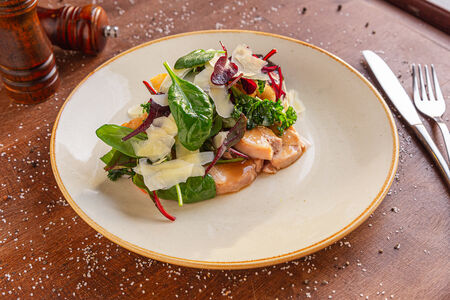 Салат с куриным рулетом и овощами