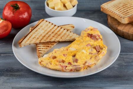 Омлет с сыром, томатами и беконом