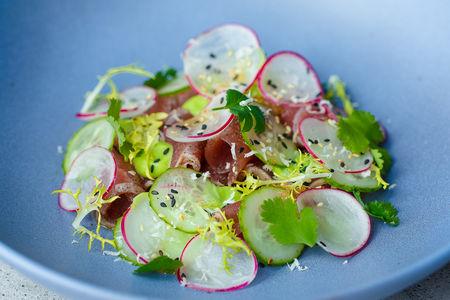 Тирадито из тунца с кунжутно-луковым соусом и хреном
