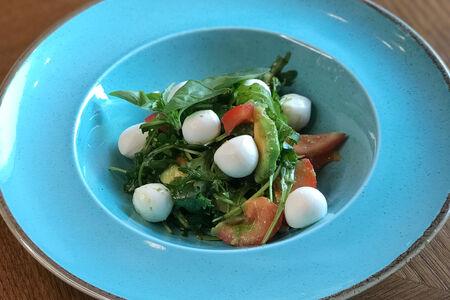 Салат с моцареллой, томатами и авокадо