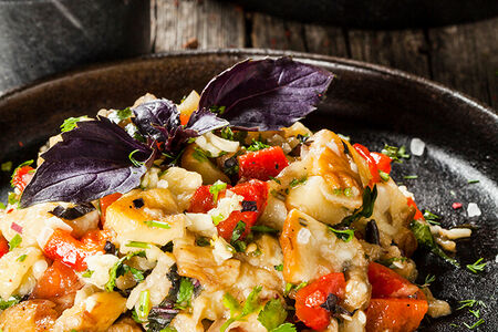 Холодный салат из запеченных овощей с кинзой, чесноком и базиликом