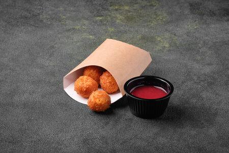 Сырные шарики с ягодным соусом