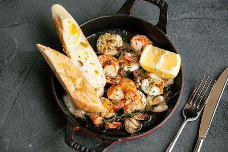 Морепродукты на сковороде