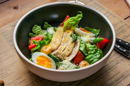 Тёплый салат с куриным филе, спаржей и яйцом