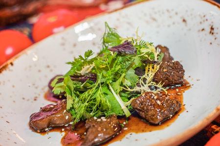 Салат  с куриной печенью в медово-гранатовом соусе
