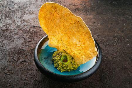 Гуакамоле с чипсом пападам