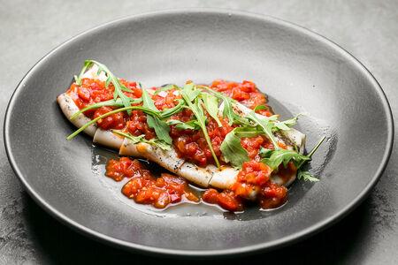 Кальмары гриль с томатным соусом