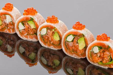 Ролл сашими из лосося с авокадо, шпинатом, и сыром Филадельфия