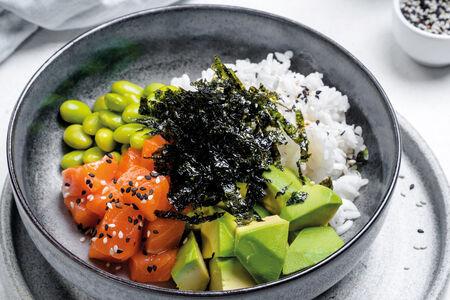 Поке из лосося, авокадо, риса, эдамаме