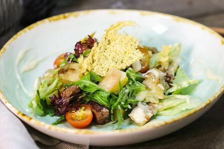Салат с говядиной и сырным соусом