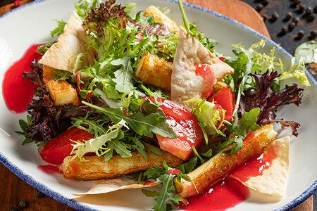 Салат с обжаренным сыром халуми