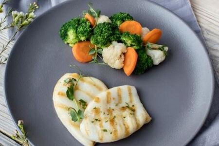 Кальмары гриль с овощами на пару