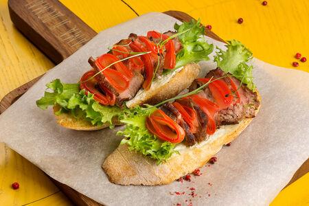 Хрустящий хлеб с ростбифом и томатами