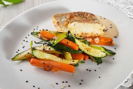 Филе палтуса с кунжутом и овощами