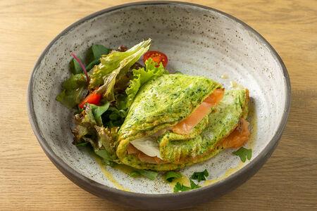 Сливочный омлет с лососем и шпинатом