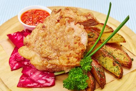 Свинина на кости в кляре с картофелем по деревенски и маринованной капустой