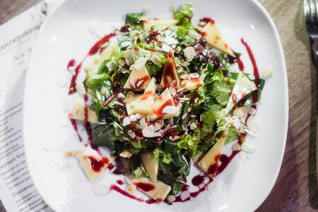 Салат с рукколой, миндалем и сыром