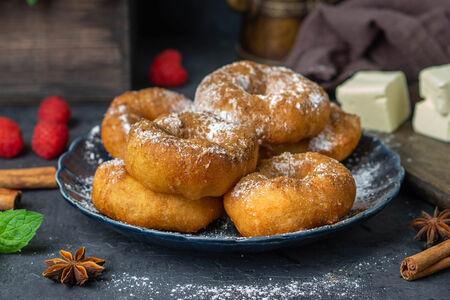 Порция пончиков с сахарной пудрой и корицей