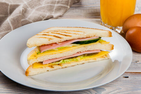 Сэндвич треугольный с ветчиной и сыром