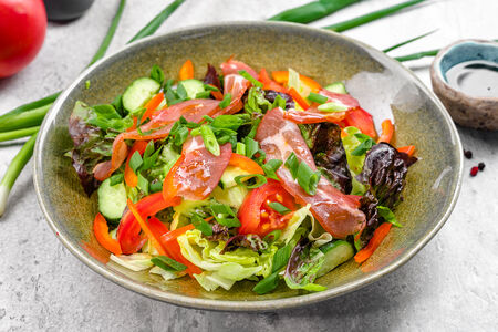 Салат Зеленый с сырокопченым мясом под соусом бальзамик