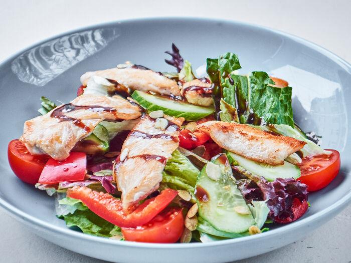 Микс из свежих овощей и листьев салата с жареным куриным филе