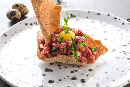Тартар из говядины с чипсами из гречки