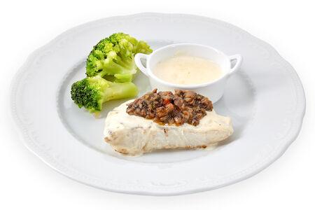 Судак в сливочном соусе с брокколи и грибным рагу