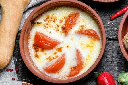 Запеченный сулугуни с томатами