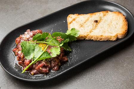 Тартар из говядины с хлебом на закваске
