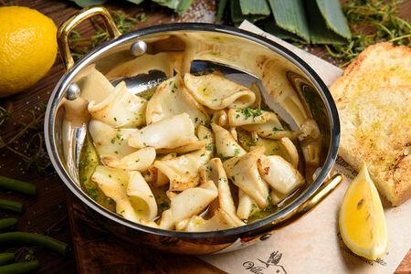 Кальмары с чесночным маслом на сковороде