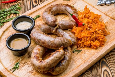 Ассорти домашних колбас с тушеной капустой