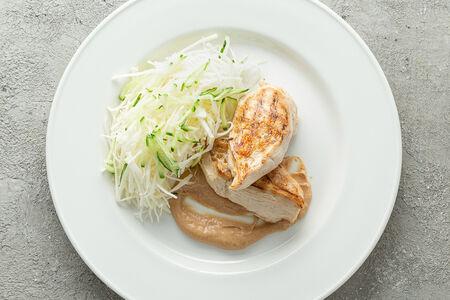 Куриное филе на гриле с салатом коул слоу