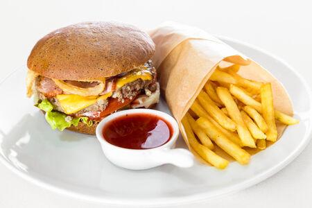 Бургер с рубленым стейком и картошкой фри