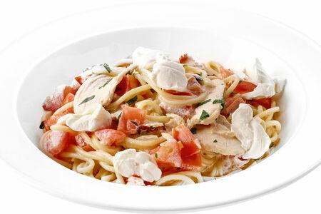 Спагетти с куриным филе, томатами и сливочным сыром