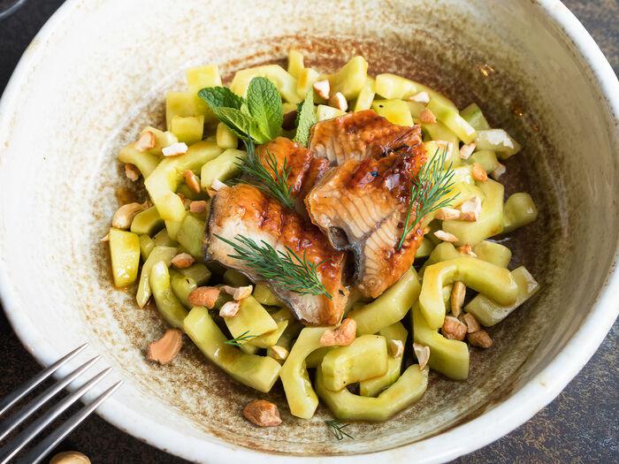 Салат с подкопченным угрем и огурцом