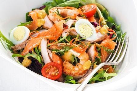 Салат с лососем, креветкой и курицей
