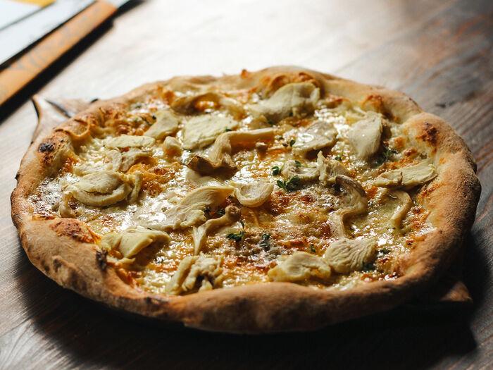 Пицца с птицей и грибами