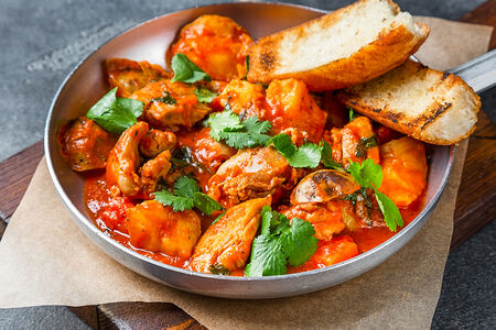 Сковорода с куриным филе в томатном соусе
