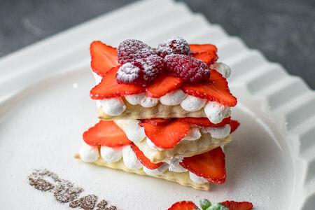 Десерт Мильфей с клубникой