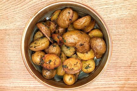 Молодой картофель со сливочным маслом и укропом