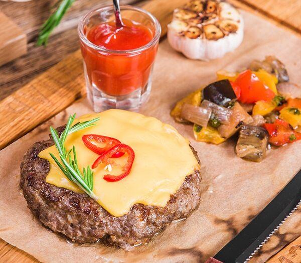 Большой бифштекс с копченым сыром