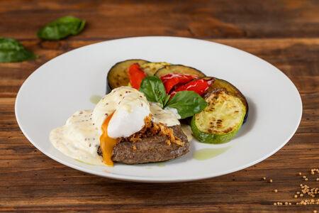 Сочный бифштекс с яйцом-пашот и овощами гриль